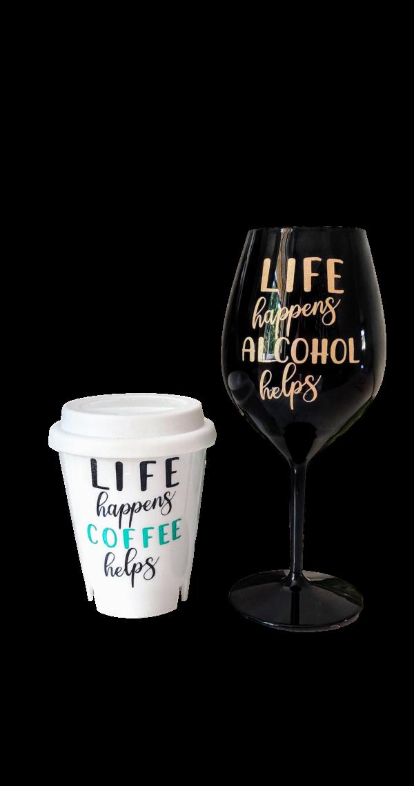 valge kohvitops ja must veinipokaal personaalse kirjaga