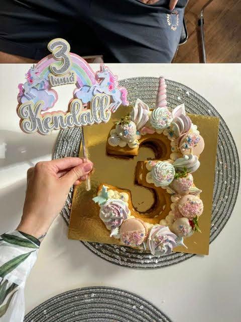 ükssarviku ja vikerkaarega koogitopper peokaunistus minisünnipäev sünnipäeva kaunistus